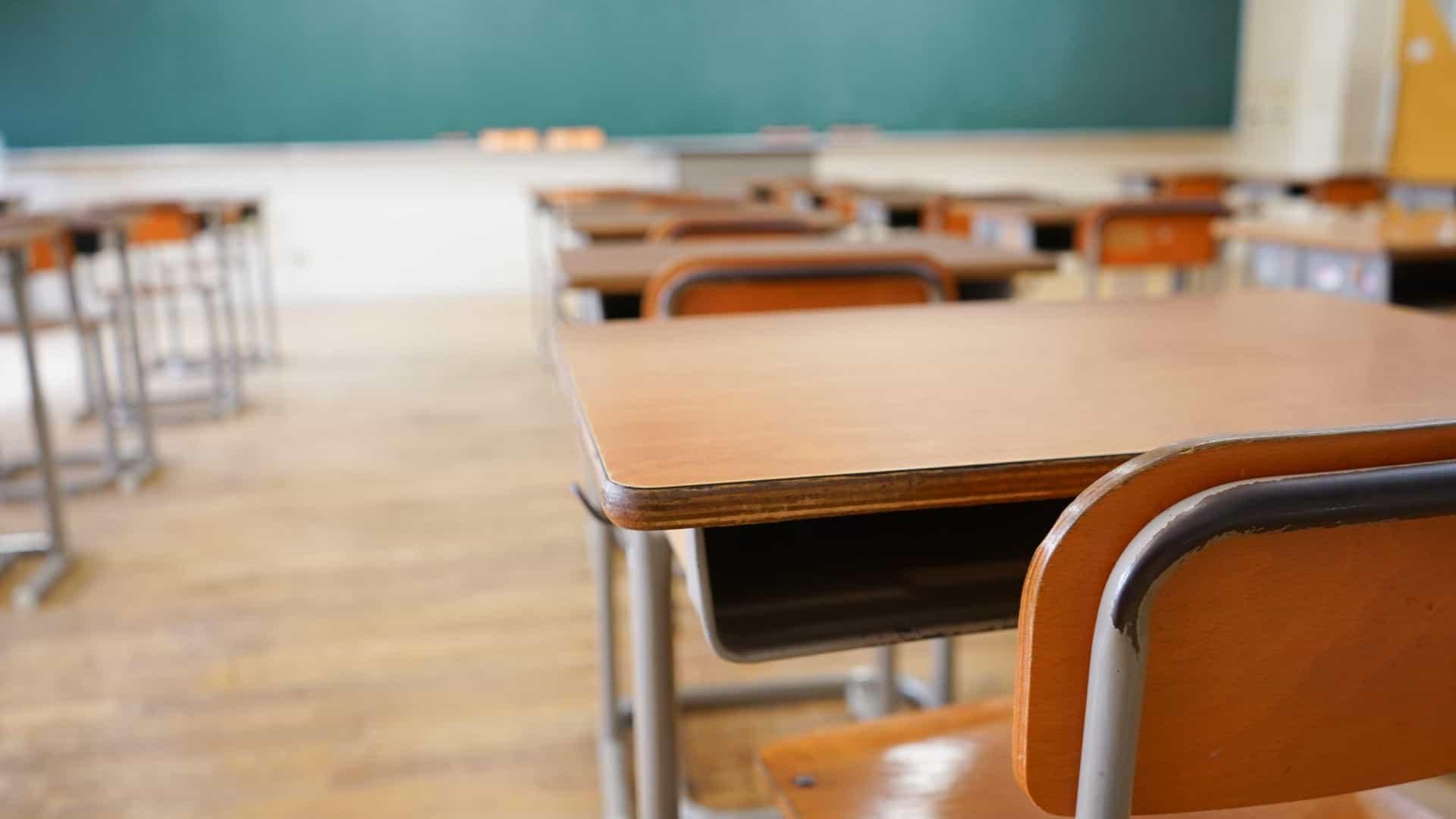 Sala de aula com carteiras vazias